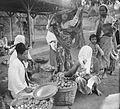 COLLECTIE TROPENMUSEUM Verkoop van mandarijnen op de markt te Rungkut Java TMnr 10002510.jpg