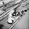 COLLECTIE TROPENMUSEUM Wassen van kleding en lichaam in de rivier in Batavia Java TMnr 10002881.jpg