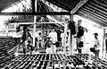 COLLECTIE TROPENMUSEUM Zoutwinning in dessa Djono te Blora Midden-Java. Medewerkers vullen bamboe droogrekken met zoutwater. Onder de droogrekken staan waterreservoirs TMnr 10007401.jpg