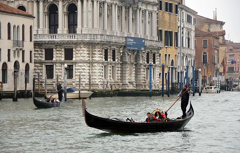 Ca' Pesaro con gondole.jpg