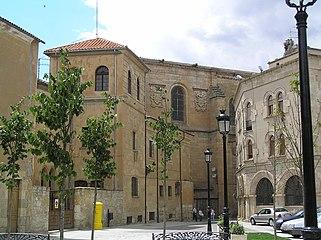 Casa de los Vázquez (izda.) con Iglesia de San Agustín al fondo.jpg