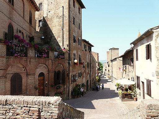 La via principale del borgo, via Boccaccio
