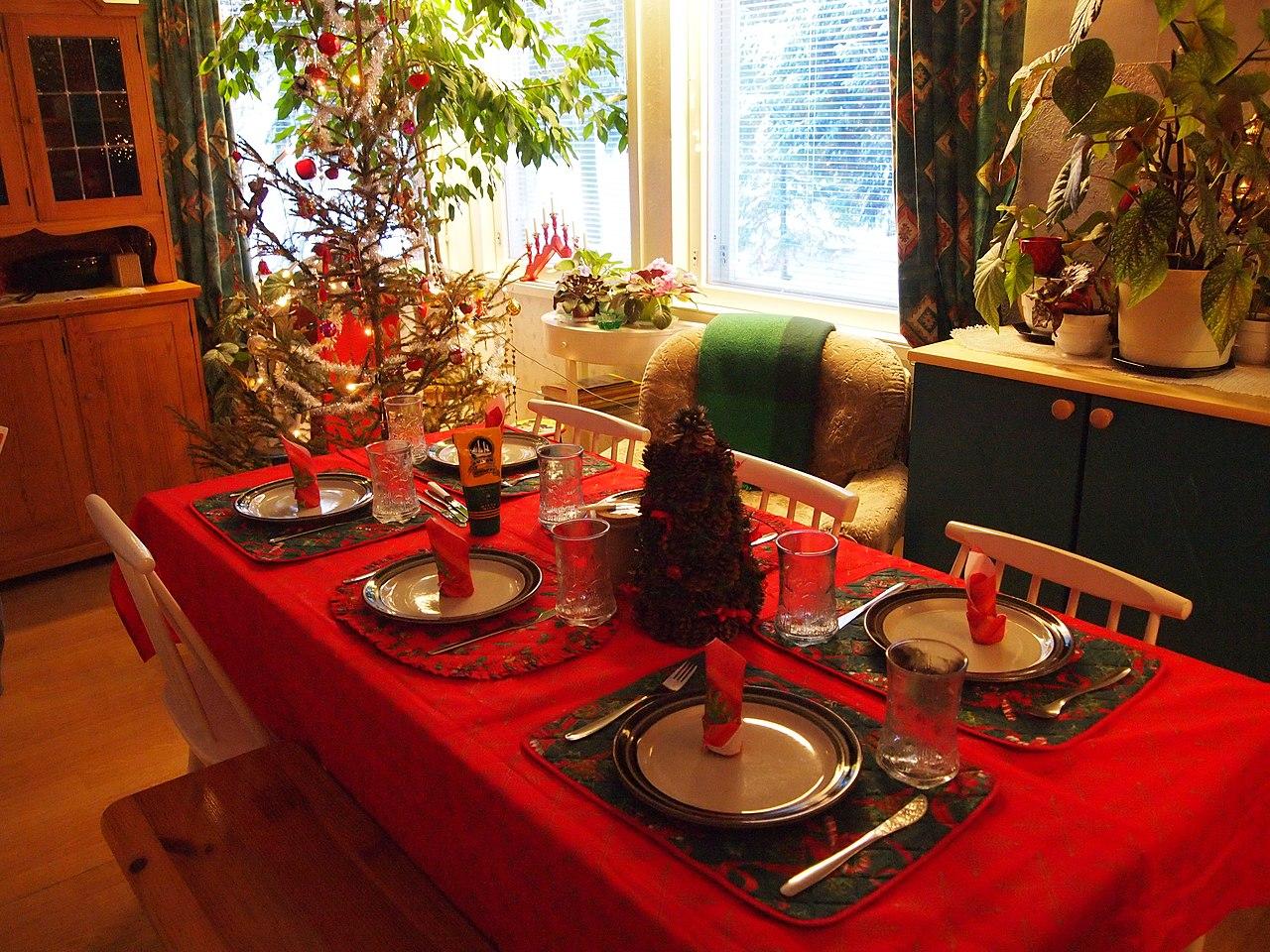 File:Christmas dinner table (5300036540).jpg - Wikimedia Commons