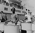 Collectie NMvWereldculturen, TM-20006237, Negatief 'Steelband bij een langs de A.C. Wathey Pier afgemeerd cruiseschip', fotograaf Boy Lawson, 1964.jpg