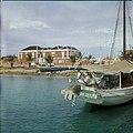 Collectie Nationaal Museum van Wereldculturen TM-20029663 Haven met zeilboot en aan de kade een gebouw Bonaire Boy Lawson (Fotograaf).jpg