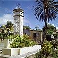 Collectie Nationaal Museum van Wereldculturen TM-20030066 Monument ter ere en herinnering aan het 50-jarige (1898-1948) regeringsjubileum van Koningin Wilhelmina Sint Eustatius Boy Lawson (Fotograaf).jpg