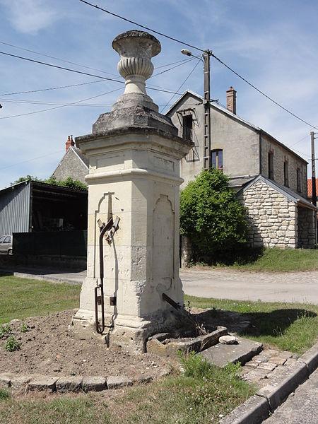 Colligis-Crandelain (Aisne) pompe de Colligis