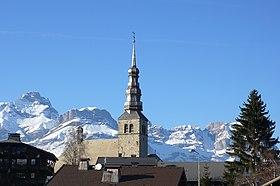 Le clocher à bulbe de Combloux,les Aravis en arrière-plan.