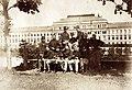 Császári és Királyi Katonai Műszaki Főiskola (ma HTL Mödling néven főiskola), kadétok a főépület előtt. Fortepan 75943.jpg