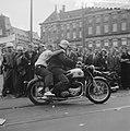 Dam tot Dam race , eerste dag, Motorrijder met passagier achterop, Nederlandse …, Bestanddeelnr 910-6157.jpg