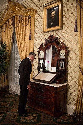 Daniel Day-Lewis - Day-Lewis viewing the Gettysburg Address in the Lincoln Bedroom in the White House, November 2012