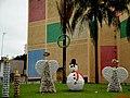 Decoração de Natal fabricada com recicláveis ao lado do Teatro de Sertãozinho - panoramio.jpg