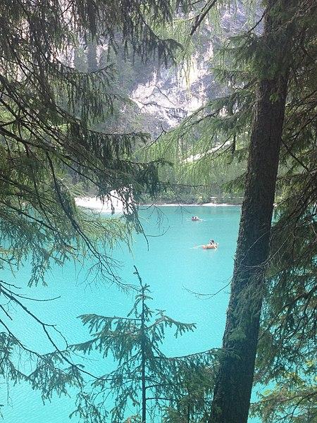 File:Dettaglio lago di Braies.jpg