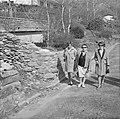 Drie vrouwen op een pad in een dorp in een buitenland Ascona, Zwitserland, Bestanddeelnr 254-5600.jpg