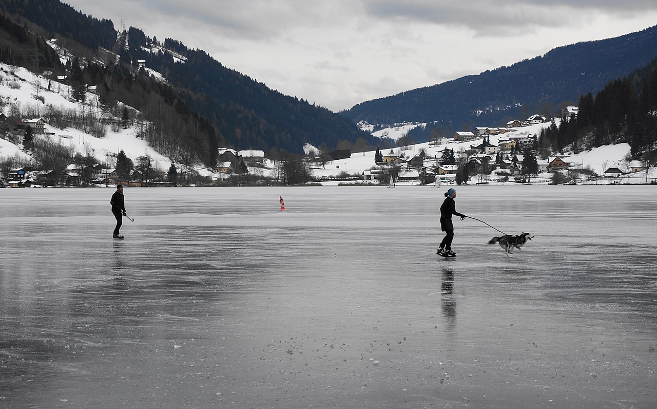 File:Eislaufen am Brennsee in Feld am See, Bezirk Villach ...