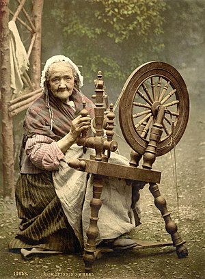 Spinning wheel - Old woman with Irish spinning wheel - around 1900 Library of Congress collection