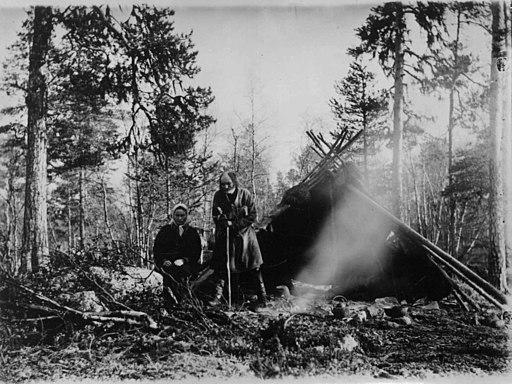 Enare-samen Hendo-Anti med datter foran teltet. Eidsfjell, Pasvik, Sør-Varanger, Finnmark, før 1902 - Norsk folkemuseum - NF.06725-009