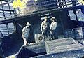 Enrique Gutiérrez y Simón, Eduardo Botello y una actirz, preparando una escena en un barco varado en Tumaco.JPG