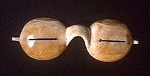 Occhiali da neve inuit che riducono l'esposizione ai raggi solari, ma non l'intensità