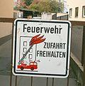 Feuerwehr Zufahrt freihalten • Schild mit Drehleiter.jpg