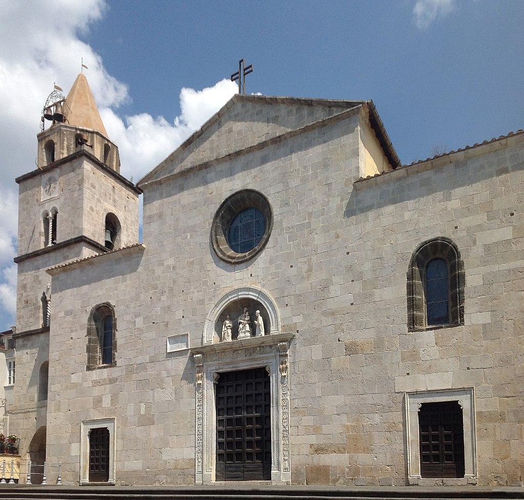 Fondi, chiesa di Santa Maria in Piazza - Facciata e campanile.jpg
