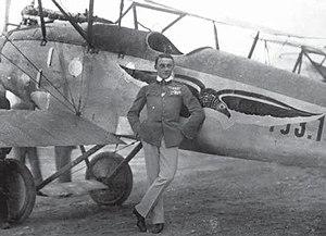 Frank Linke-Crawford - Frank Linke-Crawford in front of his Albatros with falcon insigna, October 1917