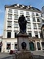 Franziskanerplatz 1 mit Brunnen .jpg