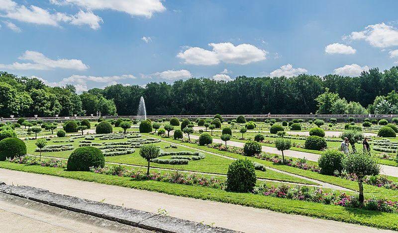 File:Garden of Diane de Poitiers in the Castle of Chenonceau 06.jpg