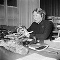 Gertie Wandel, presidente van een handenarbeidclub achter haar bureau, Bestanddeelnr 252-9001.jpg