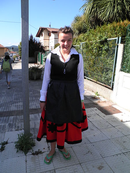 File:Girl traditional costume basque 001.jpg