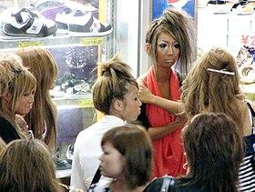 奥) 典型的なギャルメイク(右) age嬢特有の盛り髪(左) 夏場のギャル特有の露出の高い服装(\u203b:2007年夏頃の写真)