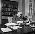 Hans Hedtoft achter zijn bureau op het ministerie, Bestanddeelnr 252-8966.jpg