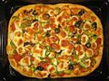 Homemade rectangular pizza in a black oven tray 01.jpg