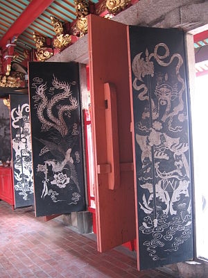 Hong San See - The main doors are painted with phoenixes, while the side doors with door gods.