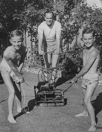 Ian Johnson (cricketer) - Johnson with sons in 1954