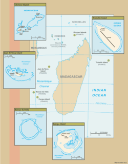 Cairts o the Scaitert Islands in the Indian Ocean. Anti-clockwise frae tap richt: Tromelin Island, Glorioso Islands, Juan de Nova Island, Bassas da India, Europa Island. Banc du Geyser isna shawn.