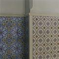 Interieur, detail van een lambrisering van geglazuurde tegels in een gang, met verschillende motieven - 's-Gravenhage - 20387485 - RCE.jpg