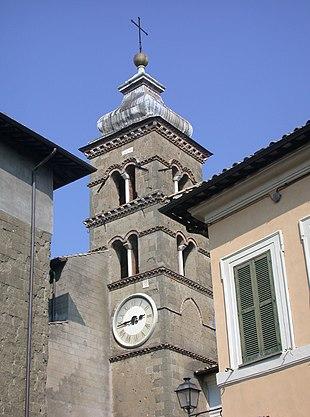 Il campanile della chiesa di San Lorenzo dall'omonima piazza.