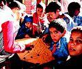 Jóvenes refugiados Saharauis jugando a un juego de mesa en los campamentos.jpg