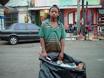 Enfant ramassant des ordures à Jakarta, en Indonésie.