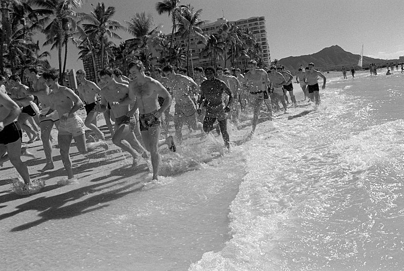 File:Jogging on Waikiki Beach.jpeg