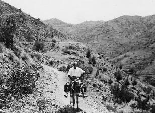 John Lindros på fotografisk expedition. Macheras. väg - SMVK - C06287.tif