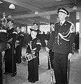 Jonge en oudere fanfareleden tijdens uitvoering, Bestanddeelnr 255-8535.jpg
