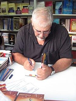 Jorge Bucay, firmando ejemplares de su obra Las 3 preguntas, en la Feria del Libro de Madrid.