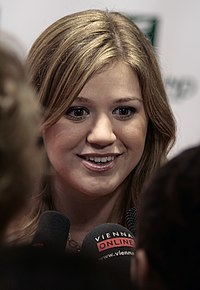 Kelly Clarkson, Women's World Awards 2009 d.jpg