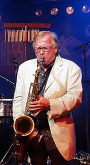 180px Klaus Doldinger alleine mit Saxophon - : : : M�zik Aletleri : : :