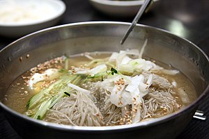 Naengmyeon - Image: Korean cold buckwheat noodle soup Mul naengmyeon 01