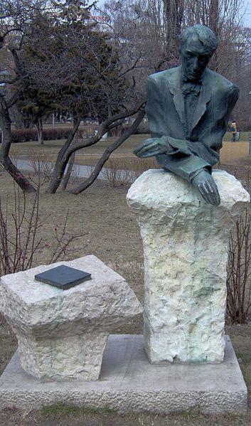 File:Kosztolányi Dezső szobra.jpg