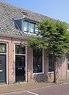 foto van Eenvoudig laag huis met zadeldak en topgevel