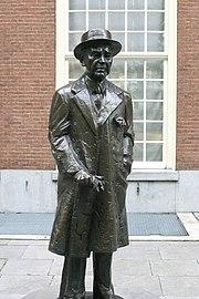 Statue of Louis Couperus (Kees Verkade 1998), Lange Voorhout, The Hague